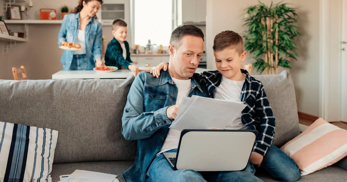 Familie thuis, woonhuisverzekering, schade particulier, gezin, vader, moeder, kind, laptop, bank