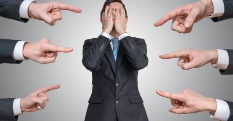 Vele handen wijzen op schuldig man en nemen hem kwalijk